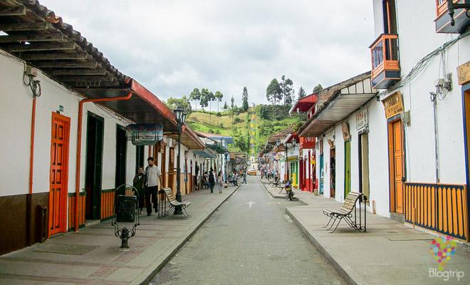 Calle real en Salento, lugar de comercio