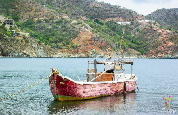 Canoa de pesca en la costa caribe colombiana