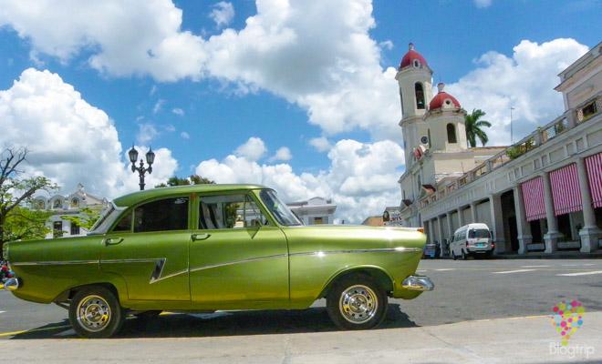 Carro antiguo en Cuba, ciudad de Cienfuegos