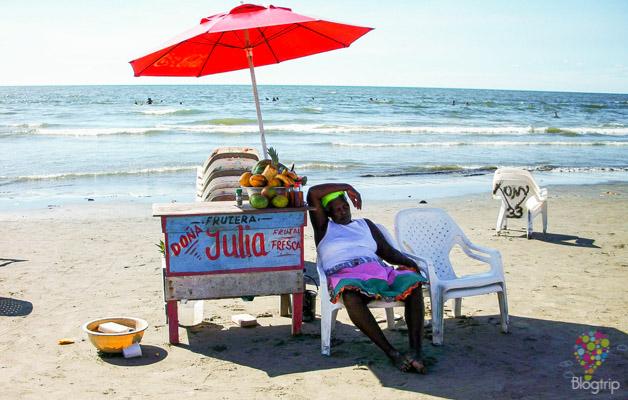 Palenquera en la playa de Cartagena de Indias