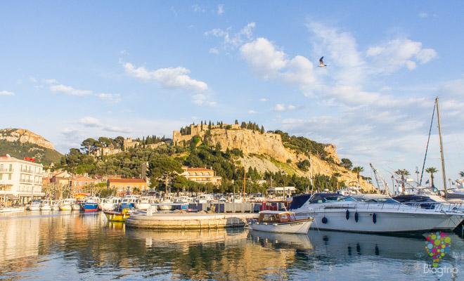 puerto y castillo de Cassis en la costa Azul