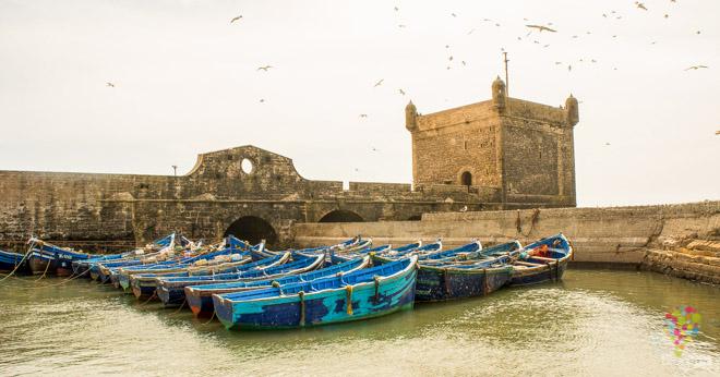 Puerto real y fortaleza, barcos azules en Essaouira