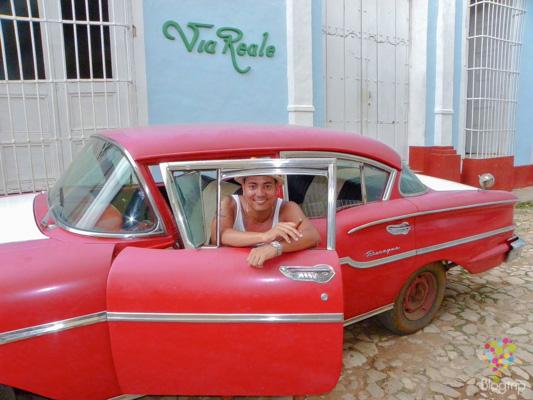 Vehículo de alquiler antiguo en Cuba