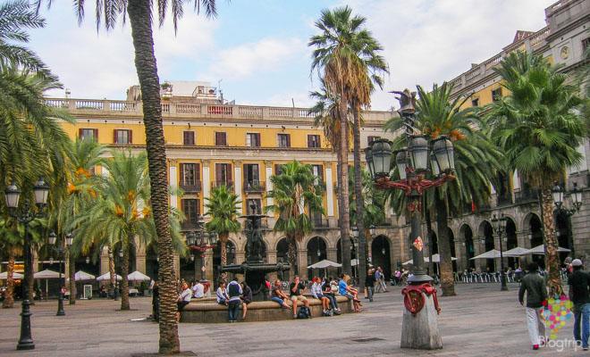 Visita de la plaza Real en Barcelona España