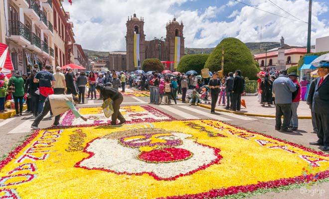 Alfombra de flores en las fiestas de Puno Perú
