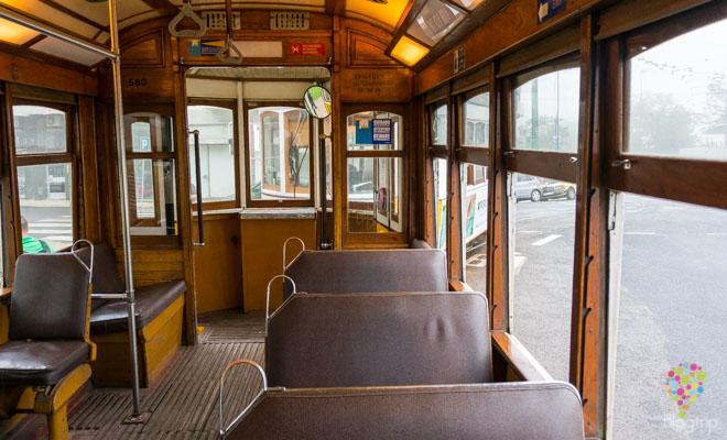Interior del antiguo tranvía de Lisboa