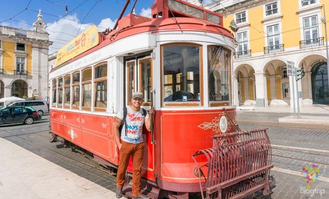 Aristofennes en el tranvía de Lisboa Portugal-Blogtrip viajes