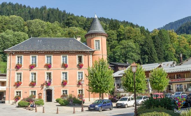 Castillo rosado en los Alpes Francia