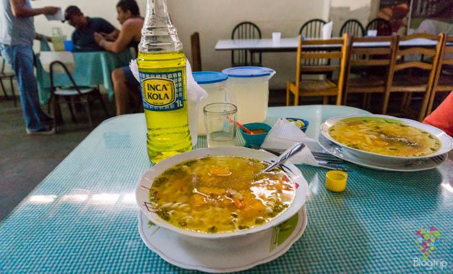 Comida peruana popular con inka kola