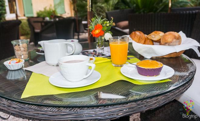 Desayuno a la francesa en el jardín del hotel