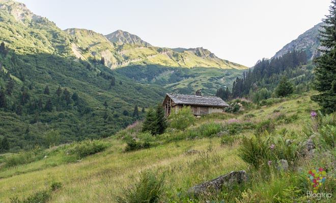 Paisaje en un trekking en los Alpes franceses
