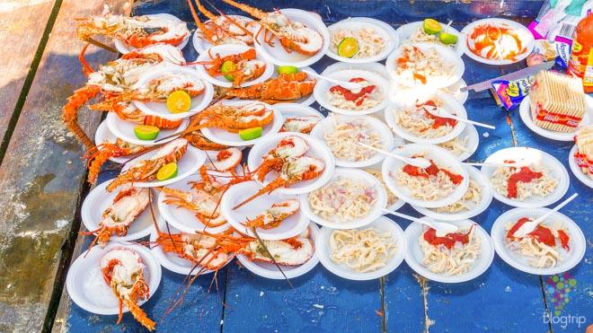 Plato de langosta y frutos del mar en Barú Colombia