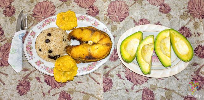 Plato de pescado: bagre frito con aguacate