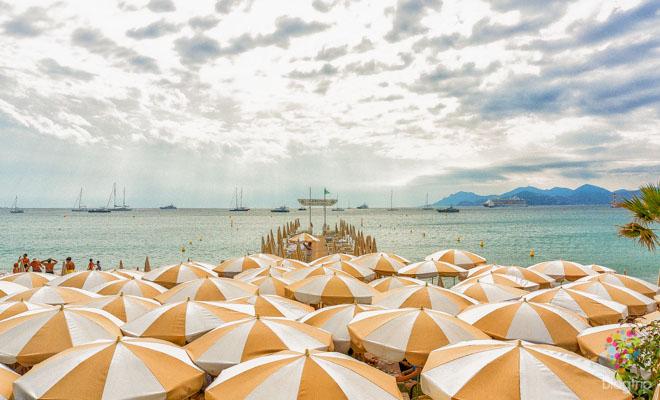 Playa y restaurante del hotel Carlton en Cannes Francia