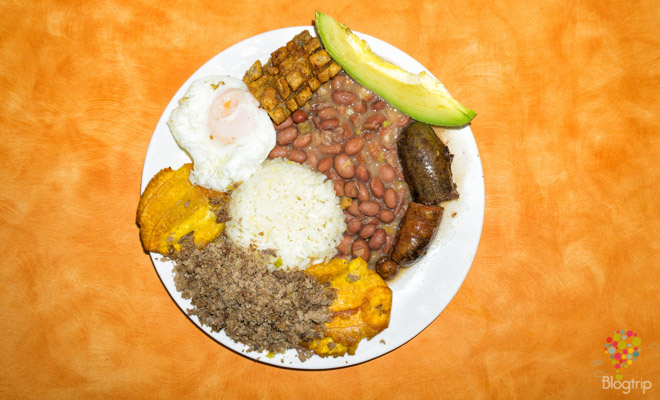 Preparación de bandeja paisa de la gastronomía colombiana