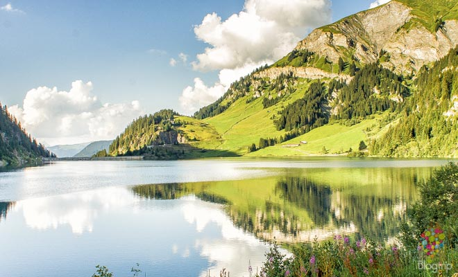 Trekking senderismo en los Alpes lago Saint Guerin Francia