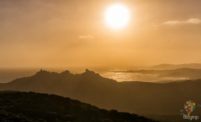 Atardecer en la costa de la isla de Córcega en el Mediterráneo