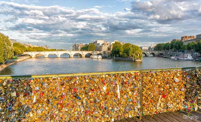 Cliché de los candados del amor en el puente de artes París