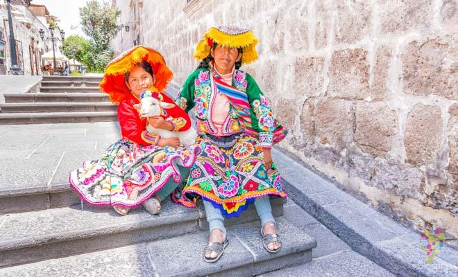 Fotografía de indígenas en las calles de Arequipa Perú