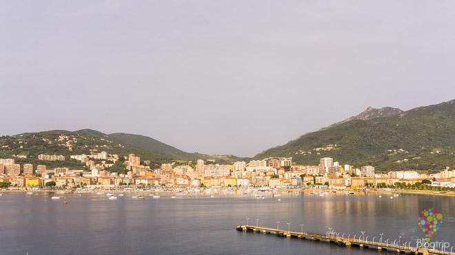 Fotografía de la vista panorámica de la ciudad de Ajaccio Córcega