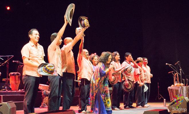Grupo musical de Totó la Momposina en concierto