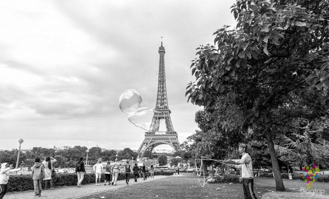 Imagen blanco y negro de la torre Eiffel, París Francia