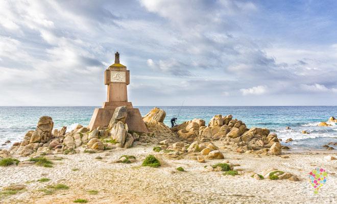 Monumento a los muertos, playa de Terre Sacrée en Ajaccio