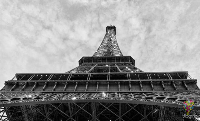 Torre Eiffel en Paris vista desde abajo