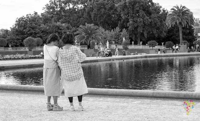 Turistas en el jardín de Luxemburgo en París Francia