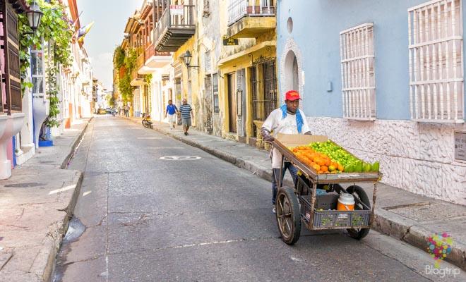 Vendedor de frutas en las calles de Cartagena Colombia