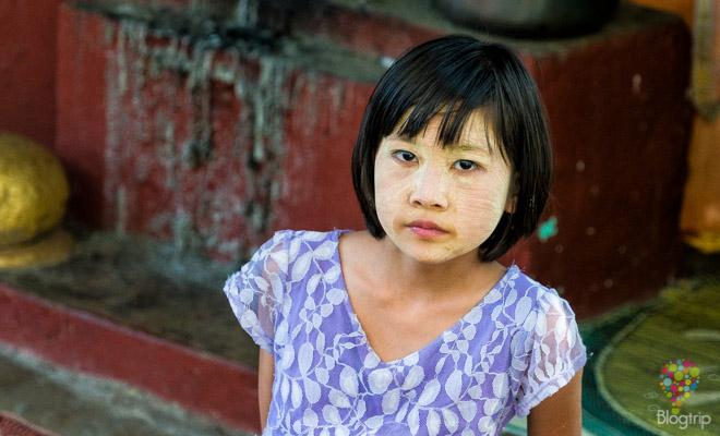 Niña birmana maquillada con Thanaka, viaje a Myanmar