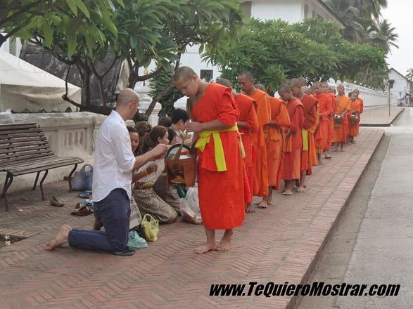 Recolección de ofrendas durante un viaje a Laos