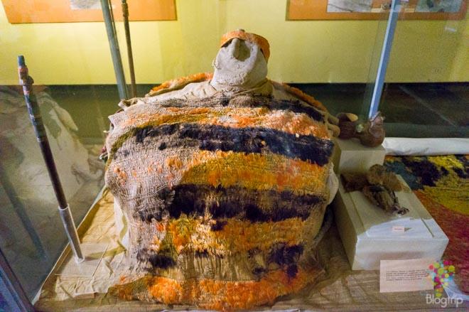 Momia peruana con textiles funerarios prehispánicos