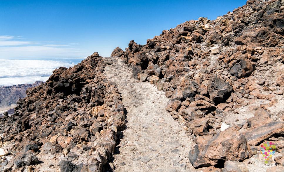 Sendero para llegar al mirador del cráter Pico Viejo en volcán Teide
